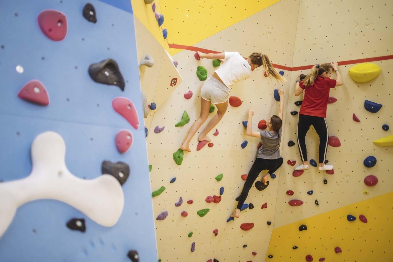 Drei Mädchen beim Bouldern
