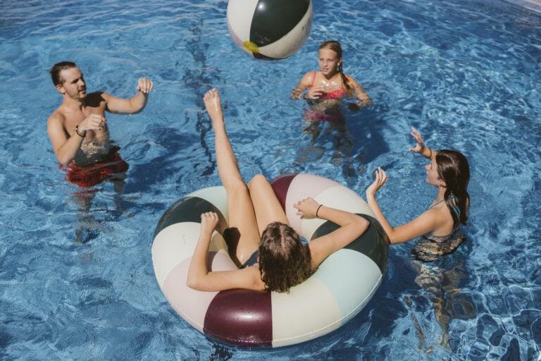 Kids beim Wasserballspielen im Pool
