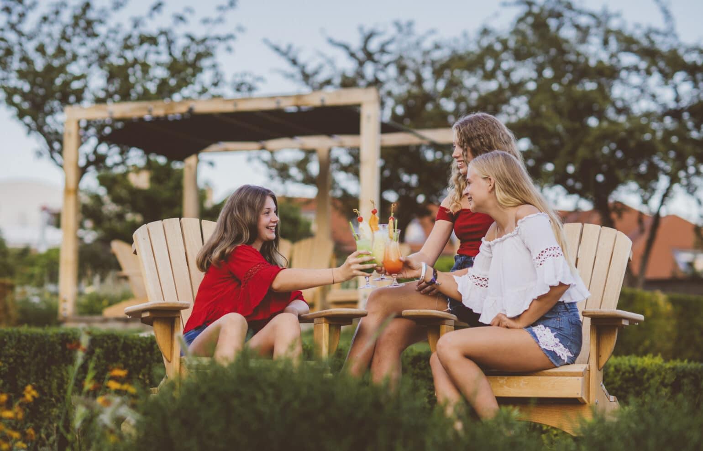 Kids beim Trinken alkoholfreier Cocktails