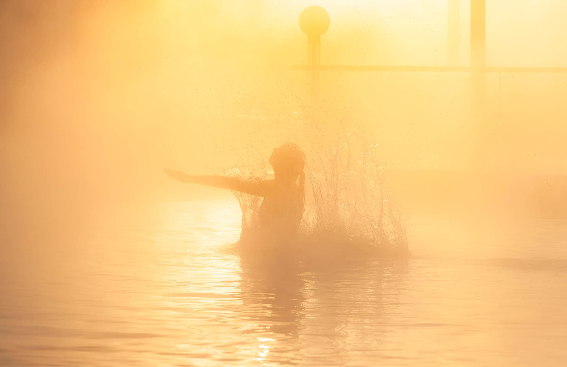Frau mit dampfenden Wasser
