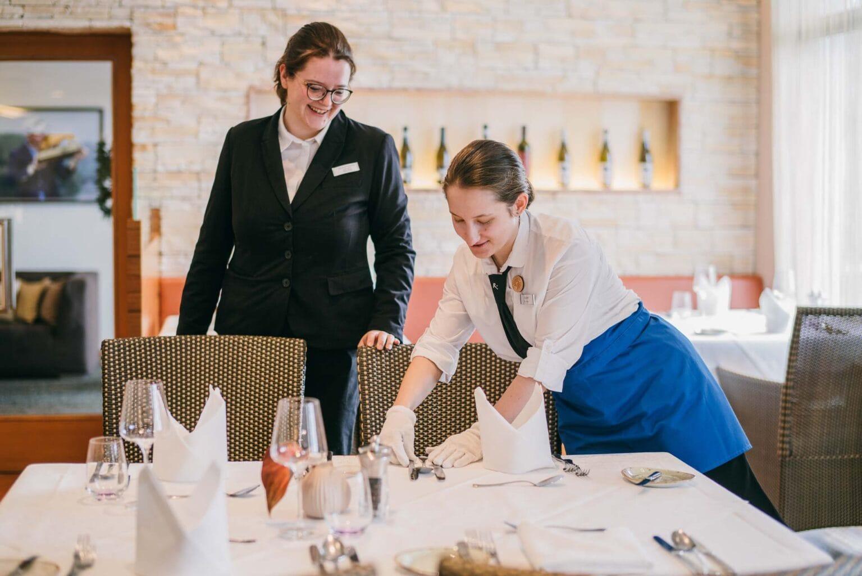 Servicemitarbeiter beim Decken der Tische