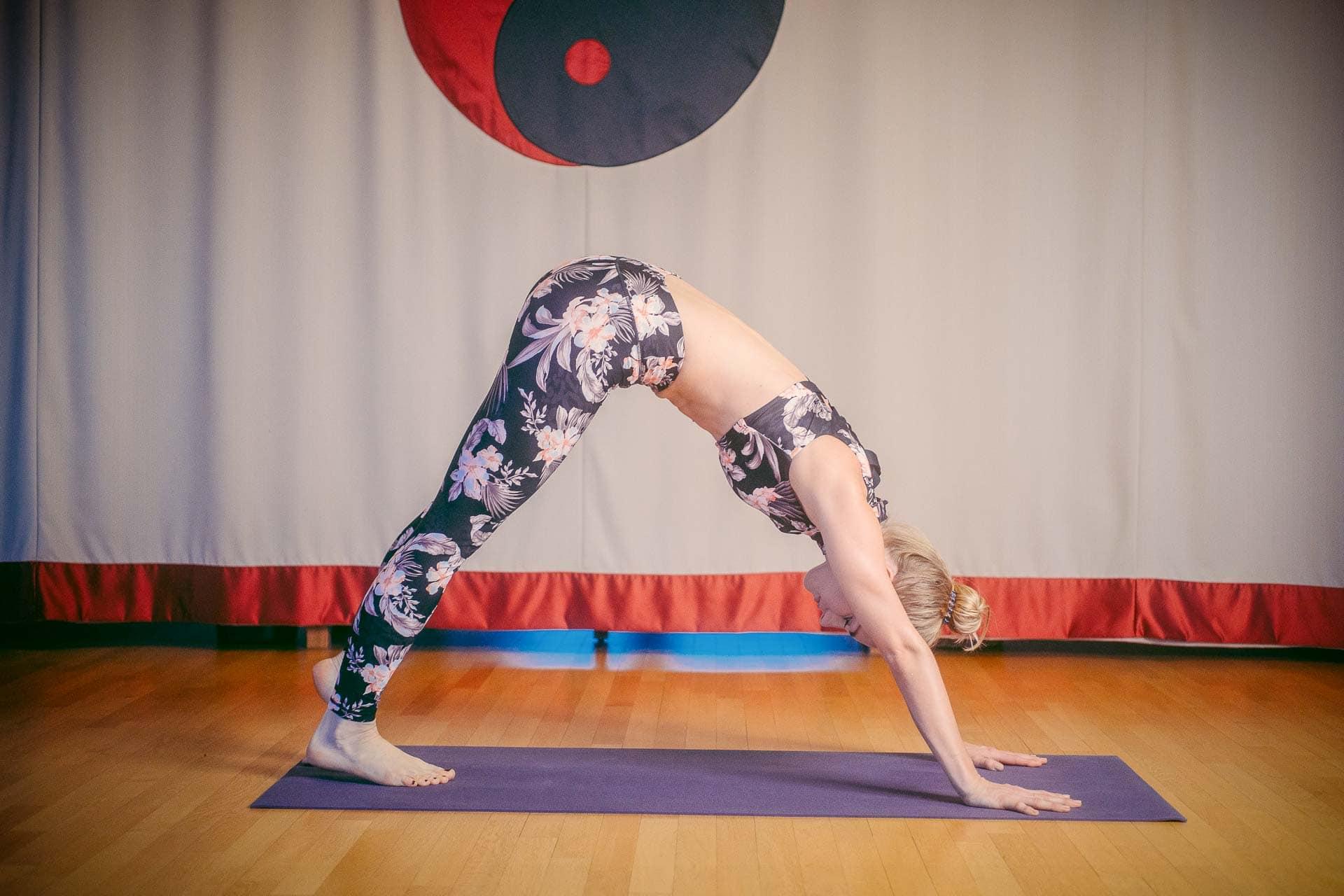 Frau beim Yoga im Bewegungsraum