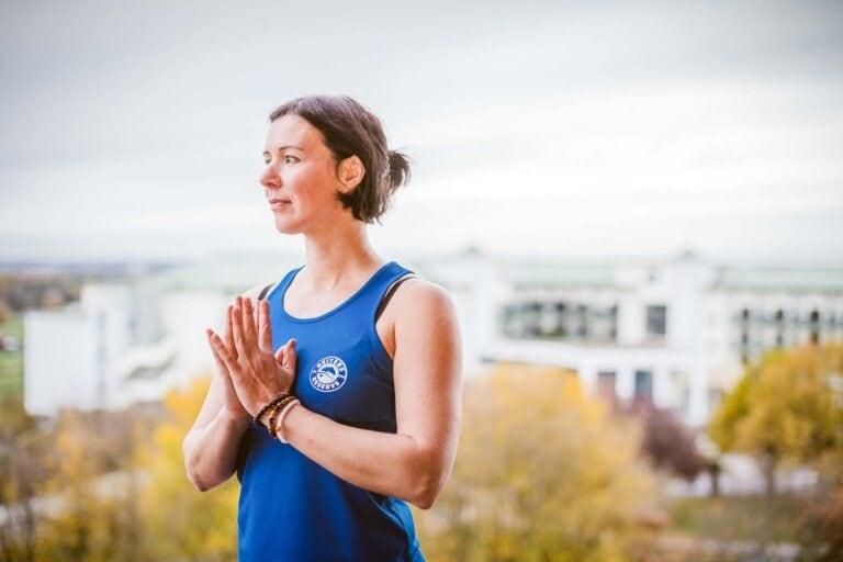 Yogalehrerin Judit macht Yogaübungen