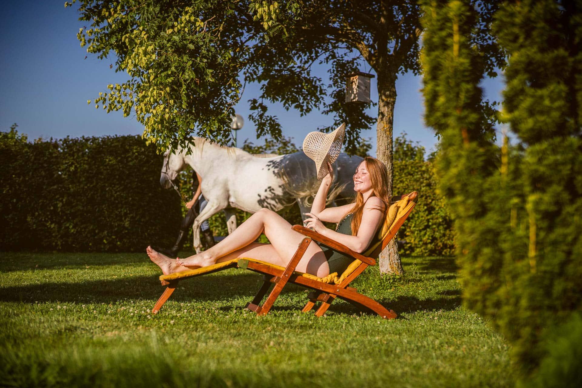 Frau sonnt sich im Liegestuhl
