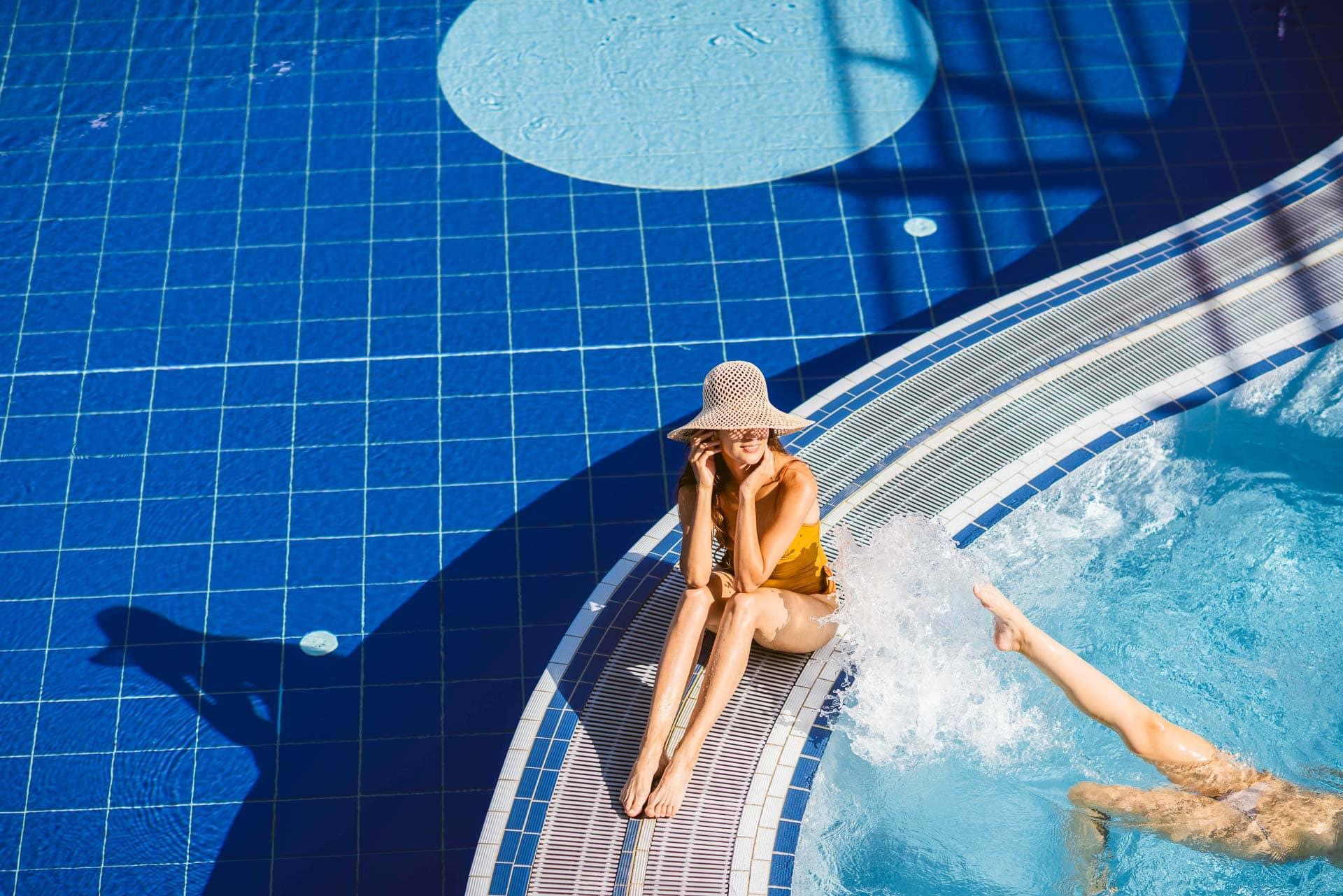 Freundinnen am Pool