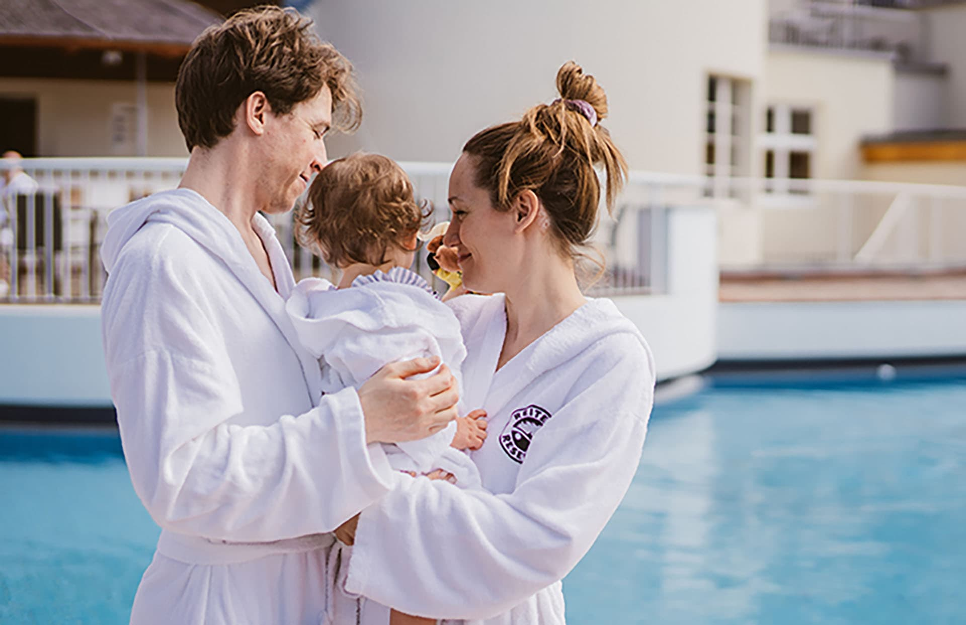 Familie am Outdoor Pool