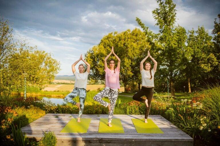 Yoga outdoor auf Rückzugsplateaus