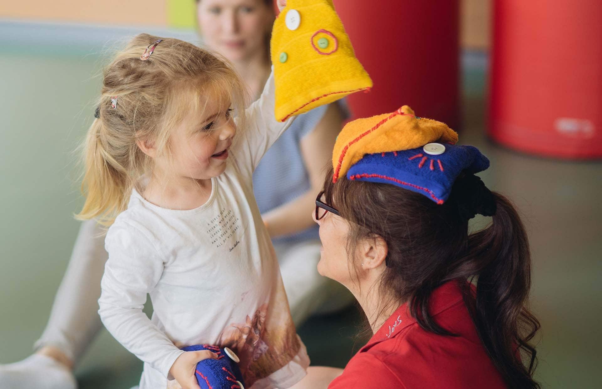 Kinderclub Leitung Gerti mit Kind