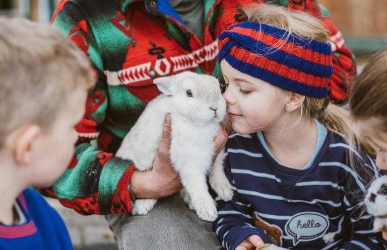 Kind kuschelt mit Hase