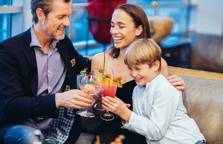 Familie trinkt zusammen Cocktail