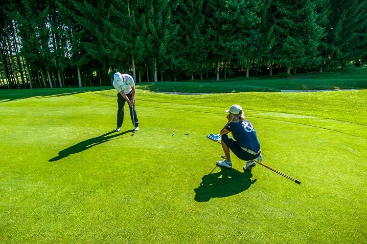 Zwei Golfer am Green