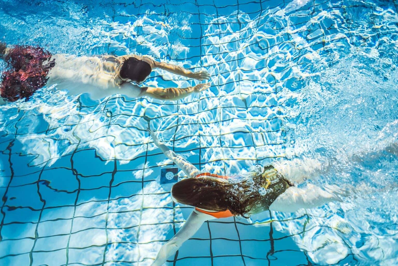 Zwei Taucher im Pool