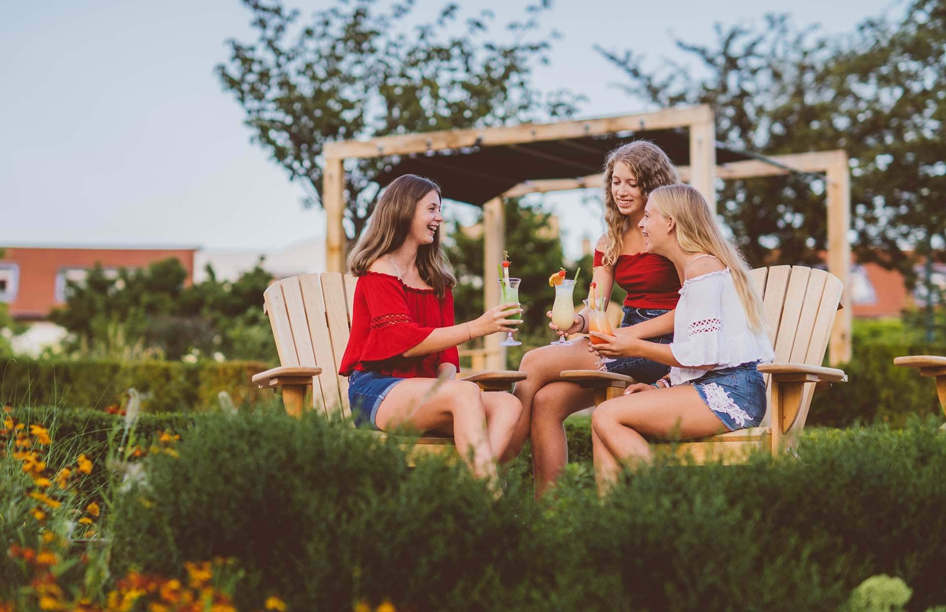 Jugendliche im Jahreszeitengarten