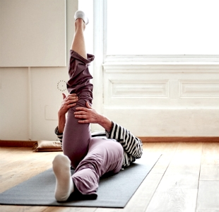 Frau bei Bewegungsübungen