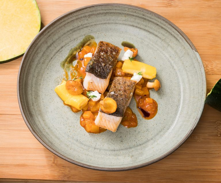 frisch zubereiteter Fisch mit Gemüse