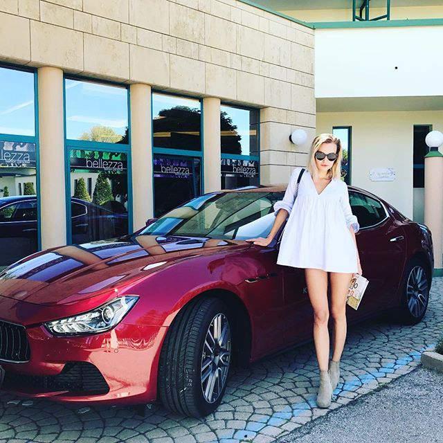 Frau vor Maserati