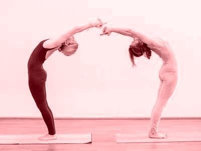 Zwei Frauen bei Hot Yoga