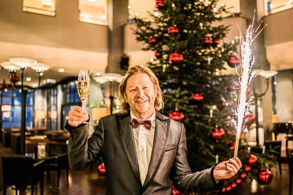 Herr Karl J. Reiter vor dem geschmückten Weihnachtsbaum