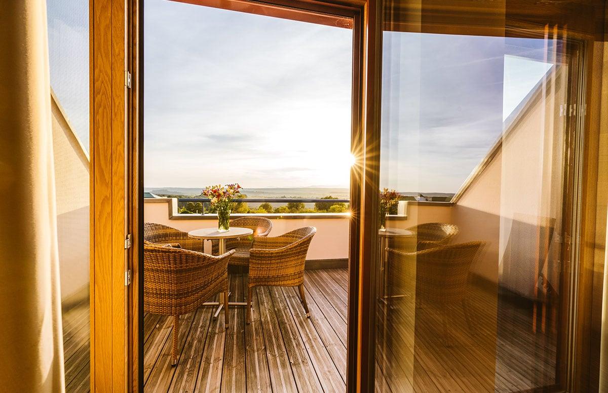 Bett mit Kasimirfigur