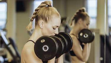 Frau beim Training im Fitnessstudio
