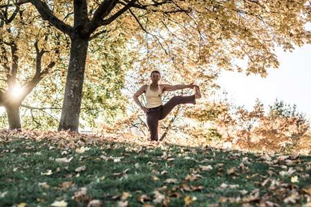 Frau bei Ashtanga Yoga im Freien