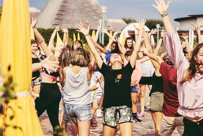 Jugendliche beim Tanzen im Freien