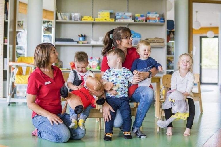 Kinderclub Mitarbeiter beim Spielen mit Kids
