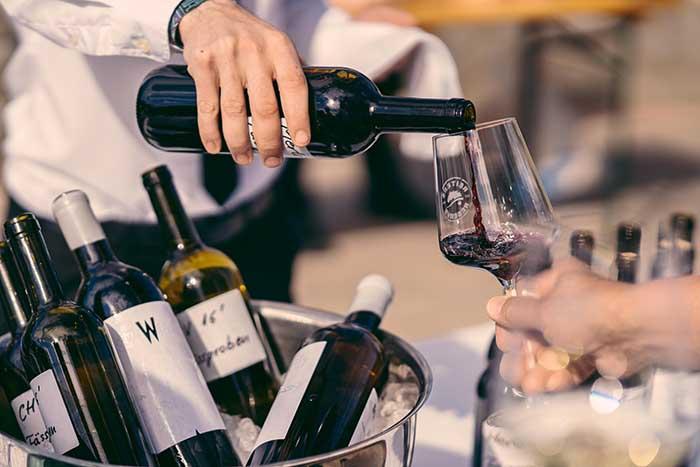 Wein wird in Weinglas geschenkt