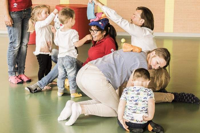 Kinder beim Spielen mit Kinderclubmitarbeitern