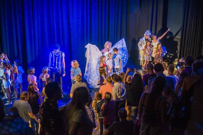 Schauspielgruppe präsentiert LED Show