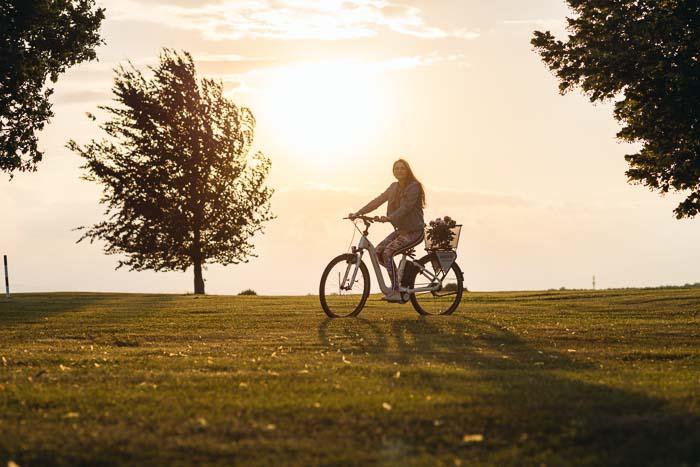 Frau auf E-Bike im Südburgenland