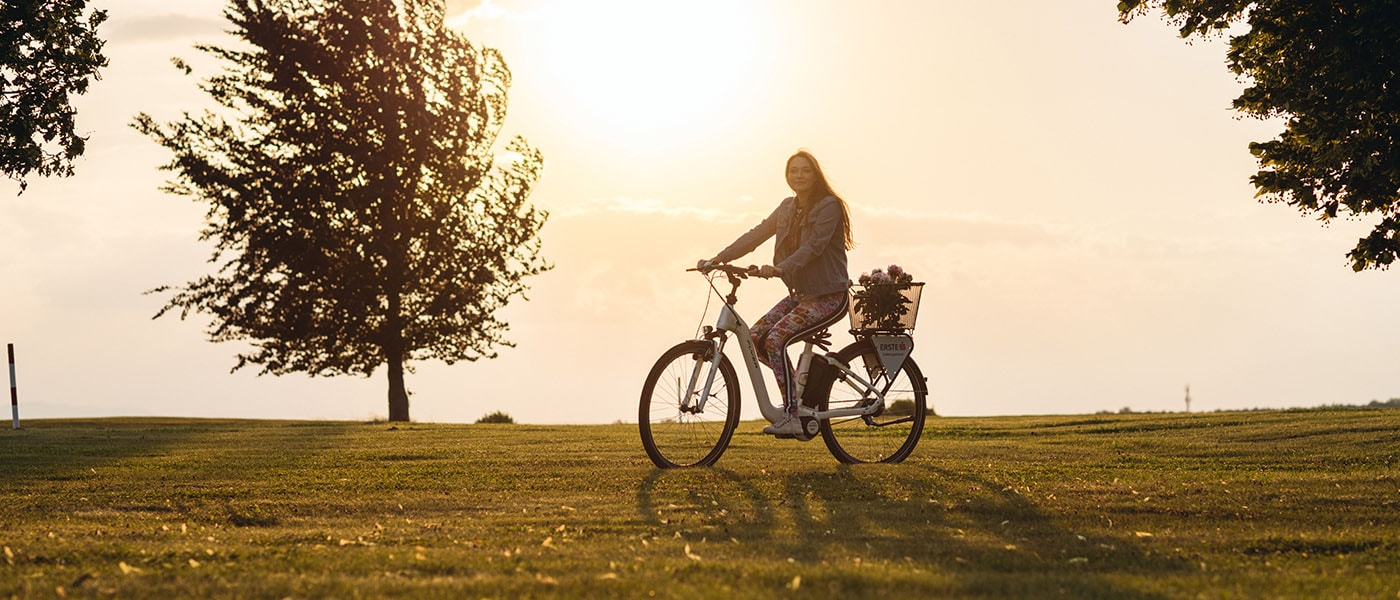 E-Bike fahren bei Sonnenuntergang