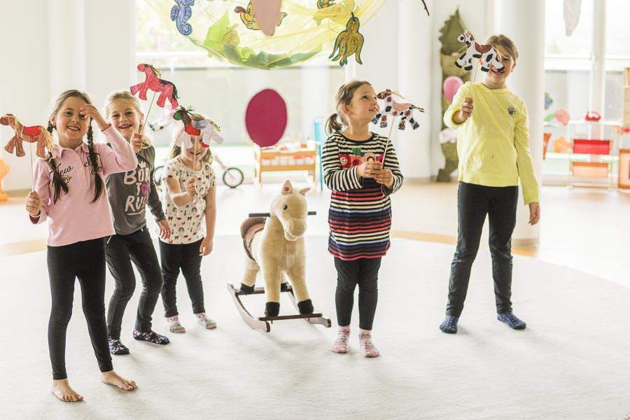 Kinder mit selbstgebastelten Figuren
