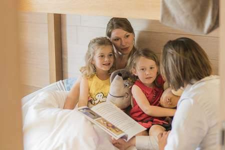 Mutter mit zwei Kindern im Bett der Reserve Suite