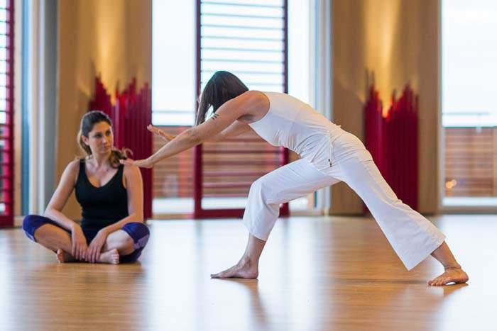 Frauen machen Yogaübungen im Bewegungsraum