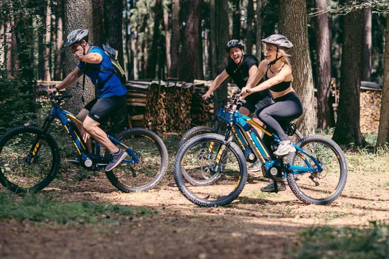 Gruppe bei E-Mountainbiketour im Wald