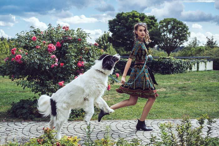 Frau beim Spazieren mit Hund