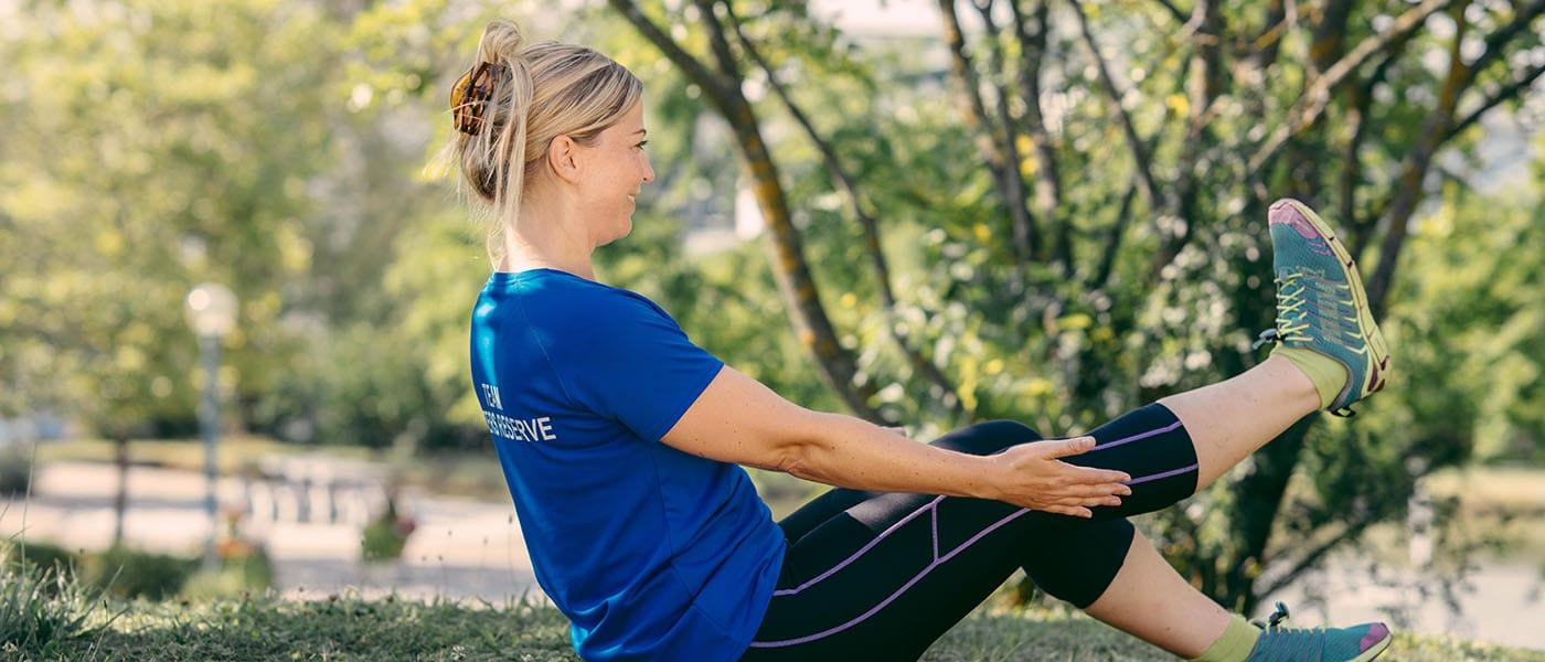 Frau bei Pilates im Park