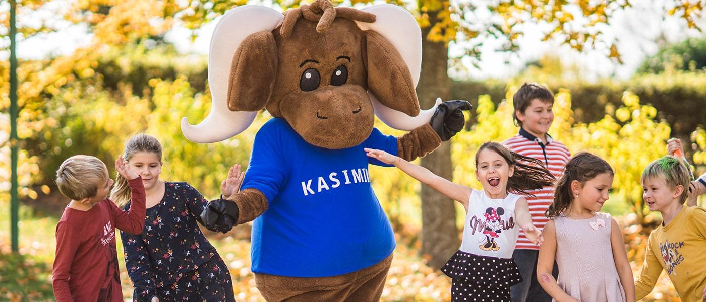 Kasimir im Garten mit Kids