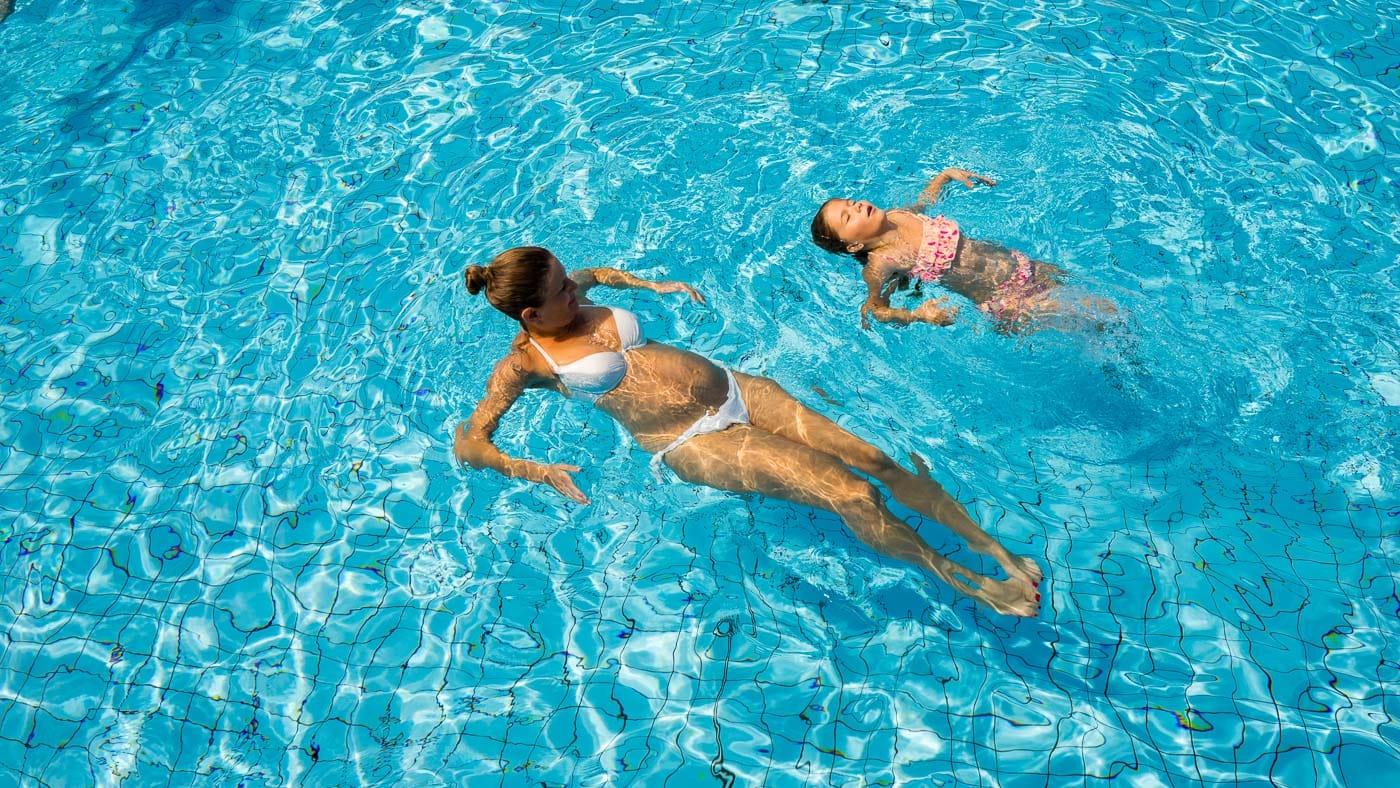 Mutter mit Kind im Wasser