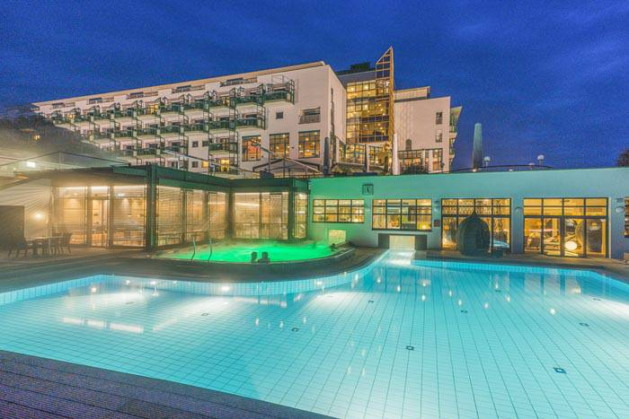 Reiters Supreme Hotel mit Pools bei Nacht