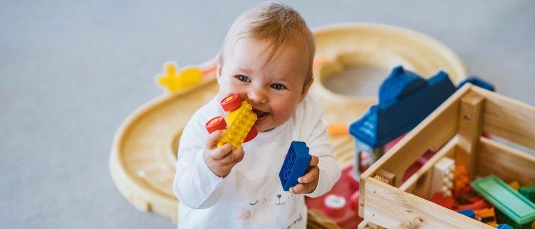 Baby spielt mit Bausteinen im Zwutschgerclub