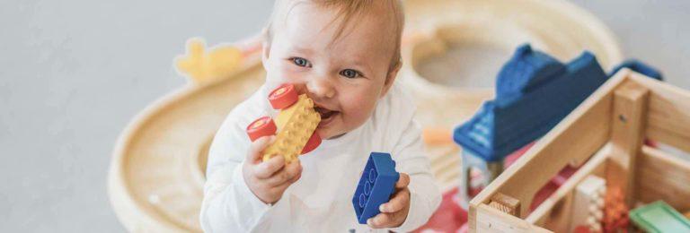 Baby spielt mit Bausteinen