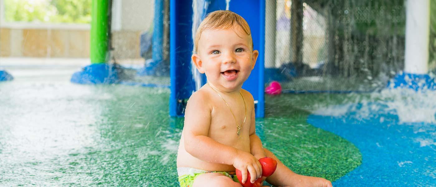 Baby im Wasserspielpark