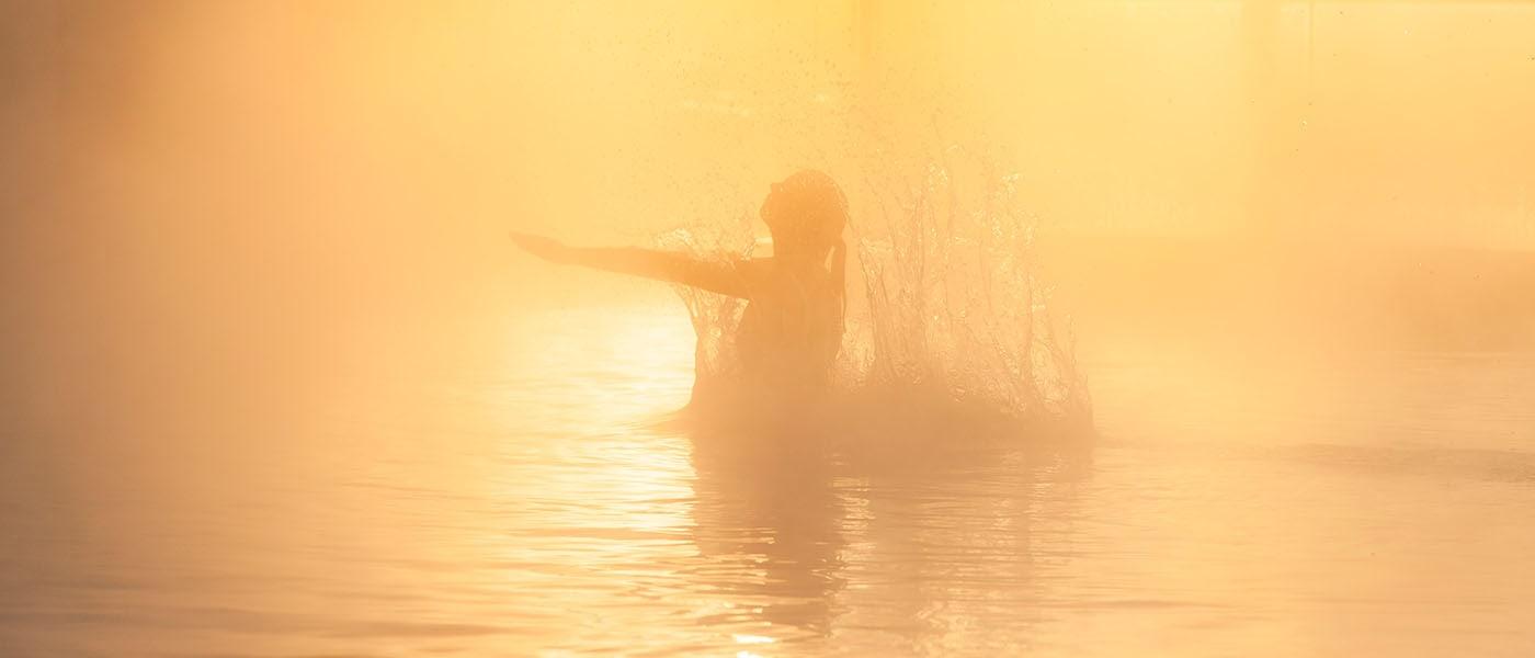 Frau im Panorama Pool mit Dampf