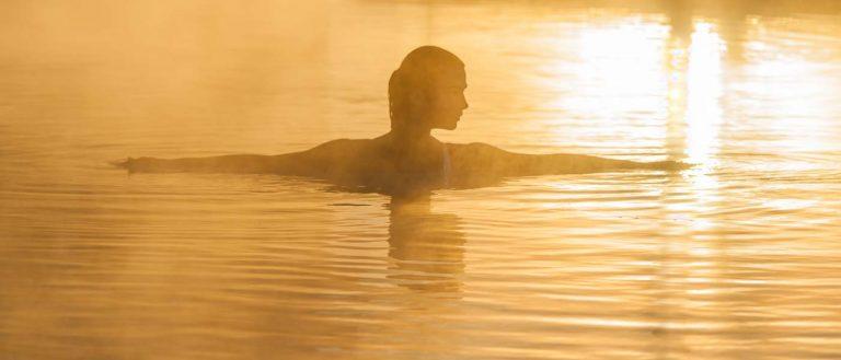 Frau im Thermalwasser