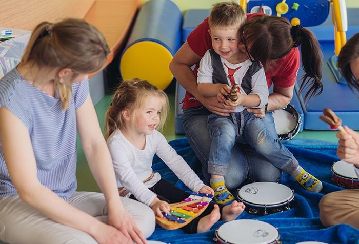 Kinder beim Spielen mit Musikinstrumenten im Kinderclub