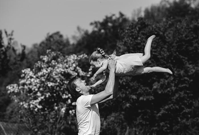 Mann mit Kind beim Spielen im Freien