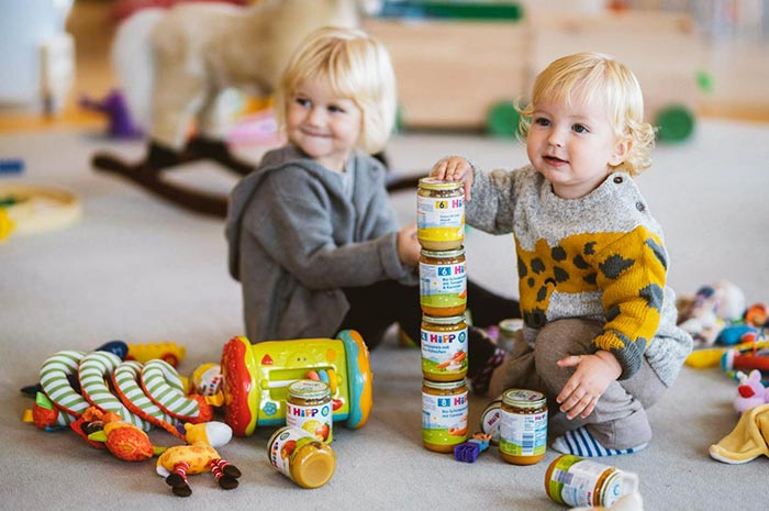 Zwei Kleinkinder beim Spielen