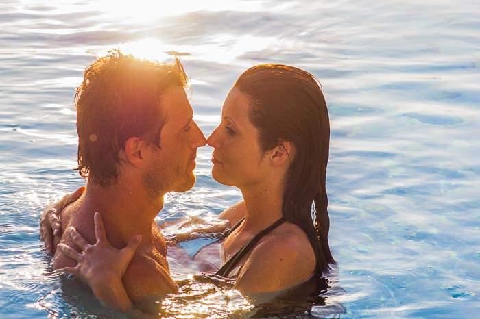 Liebespärchen im Pool